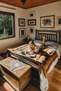 阅读书籍的美女高清手机图片壁纸