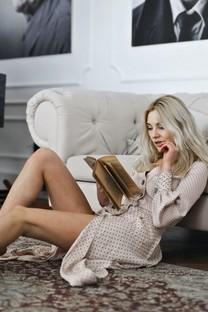 年轻美女看书图片壁纸