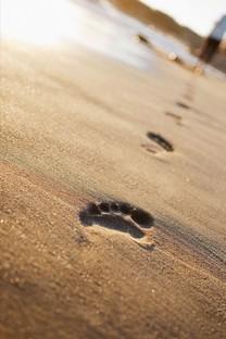 海滩上的脚印手机壁纸