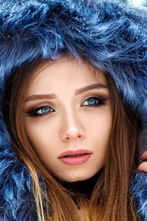 冬季雪地清新美女写真图片壁纸