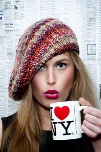 拿着咖啡杯的女孩照片壁纸