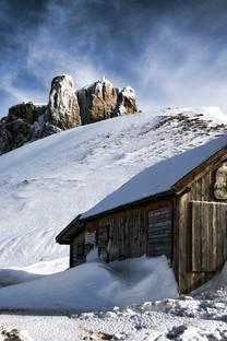 冬季雪地上的房子图片壁纸3
