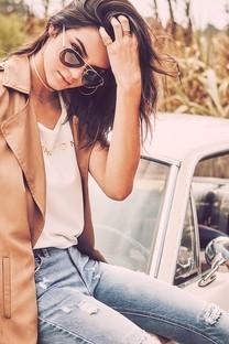 戴眼镜的性感美女加豪车图片壁纸2