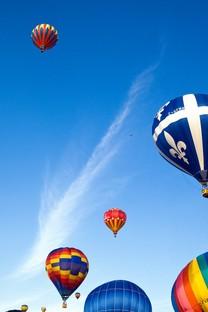 蓝天下的热气球壁纸