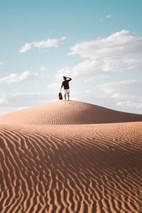 走在沙漠壁纸的人手机图片壁纸