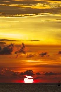 傍晚的夕阳朦胧风景高清图片壁纸