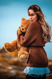 美女与玩具熊图片壁纸