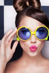 戴眼镜的酷酷女孩图片壁纸
