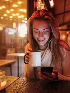 享受生活美女喝咖啡图片壁纸