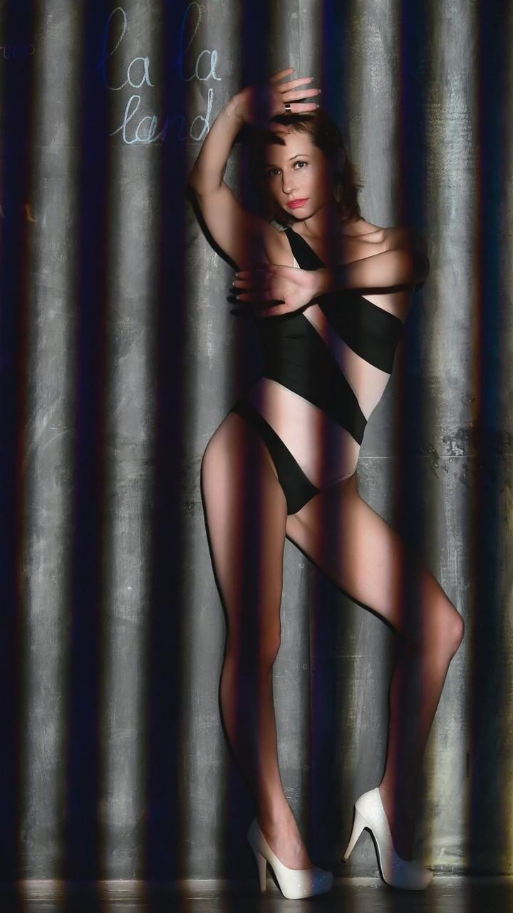 剪影下的女人图片壁纸