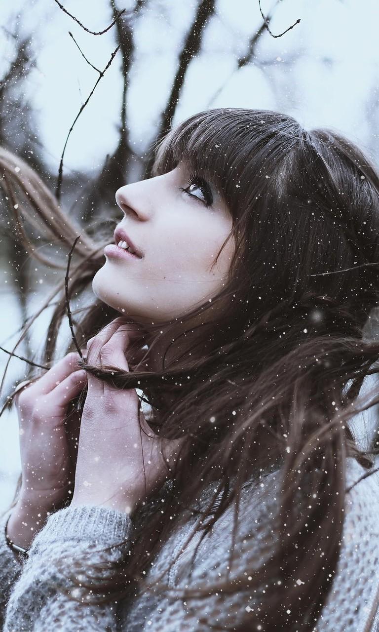 冬天女孩在飘雪中的图片壁纸