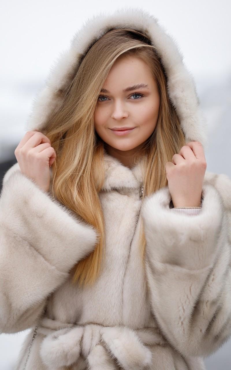 冬季雪地清新美女写真图片壁纸2