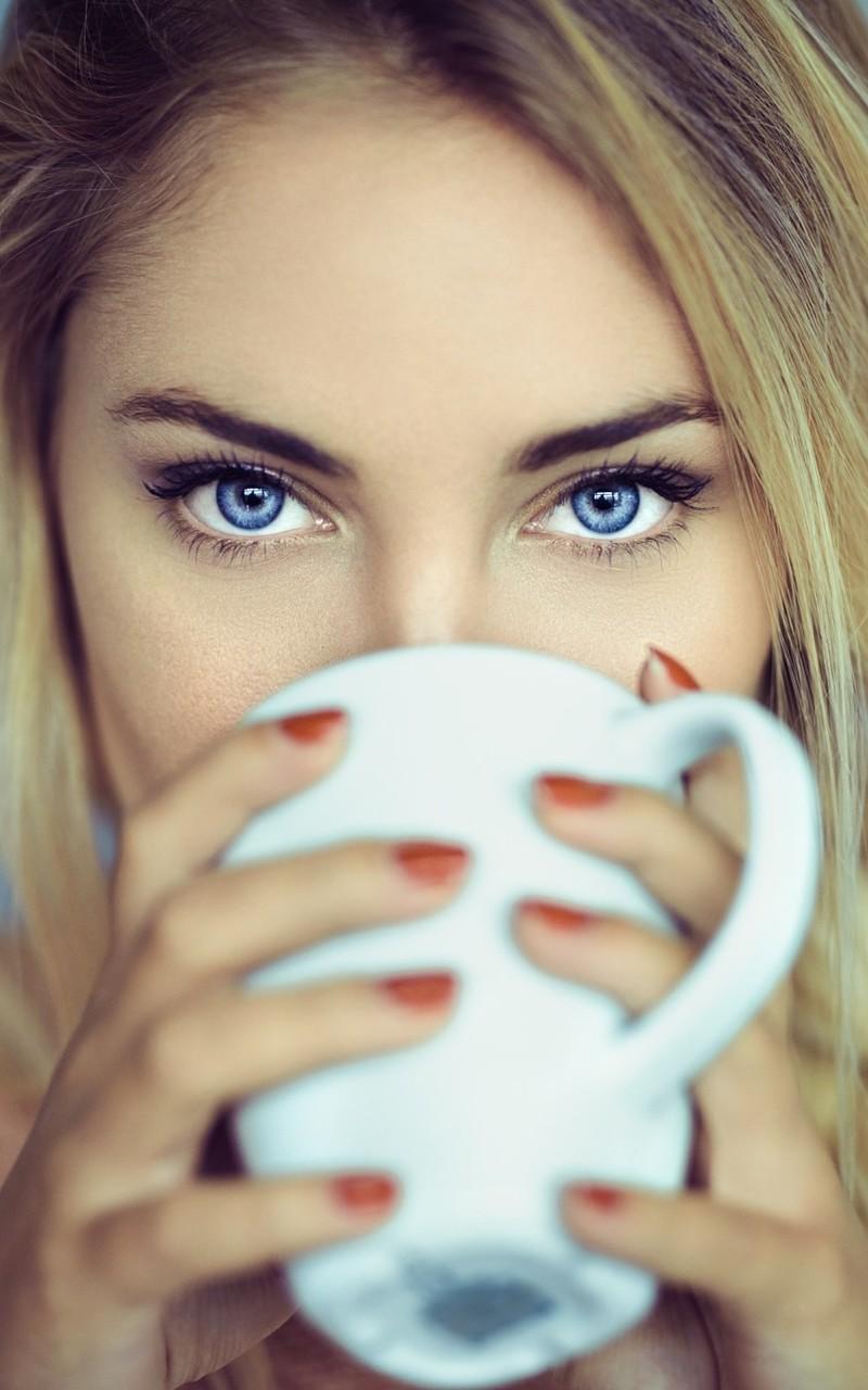 拿着咖啡杯的女孩照片壁纸3
